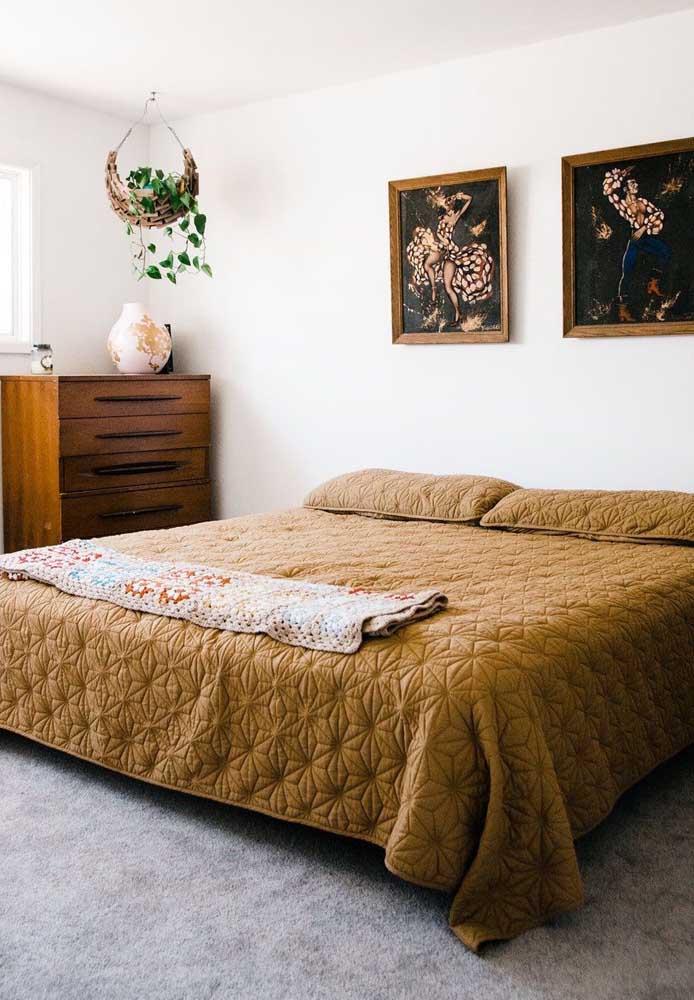 O quarto de casal clean e neutro apostou em dois quadros de estampa vibrante