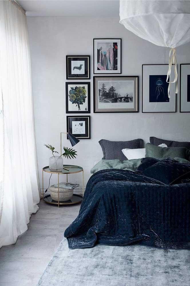 A composição assimétrica dos quadros garante um toque moderno e descontraído para o quarto de casal