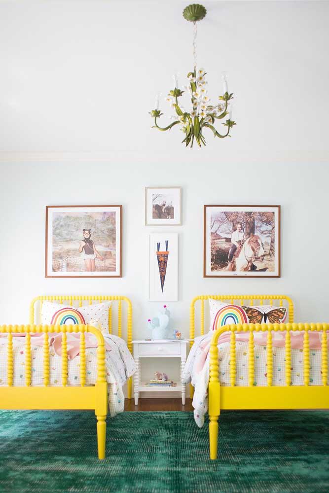 As fotografias das moradoras do quarto se destacam sob as cabeceiras das camas