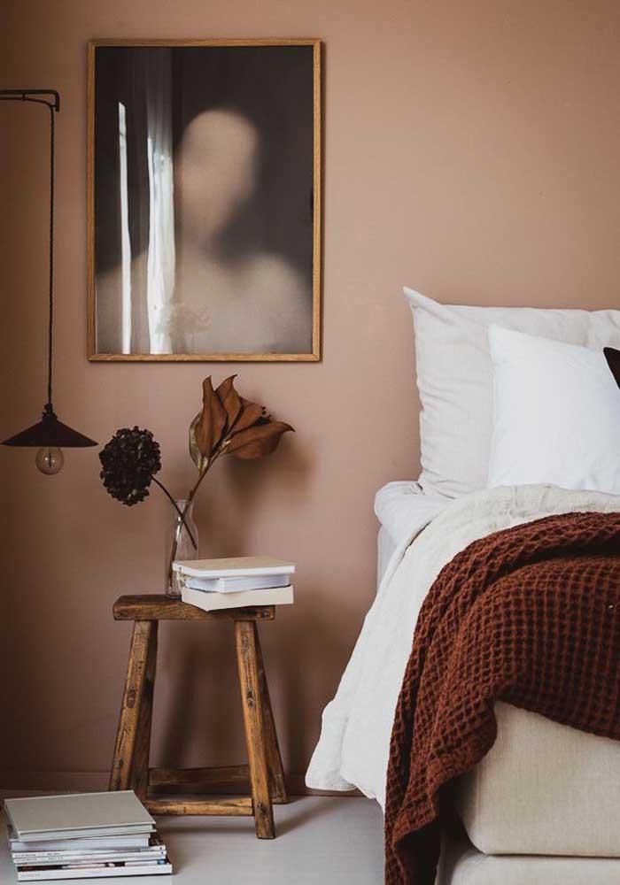 Quadro para quarto de casal com moldura combinando com os demais elementos da decoração