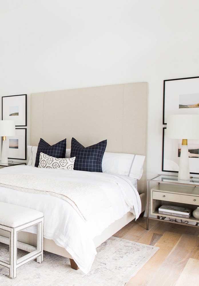 Aqui, os quadros foram colocados nas laterais da cama