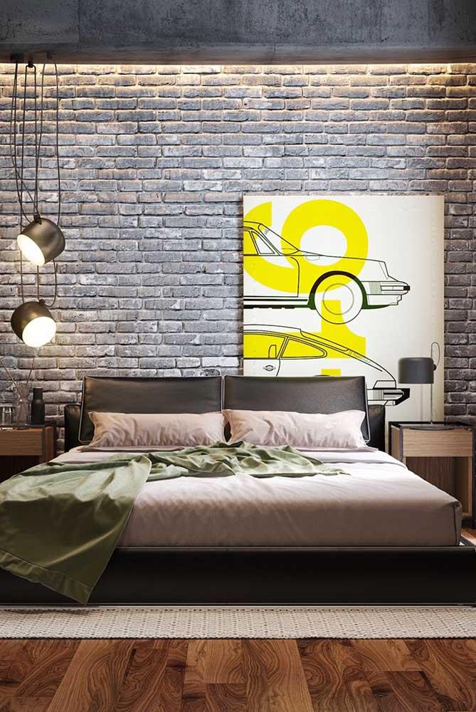 Um quadro moderno, num quarto moderno, merece ser colocado de um jeito moderno. Nesse caso, apenas apoiado no chão