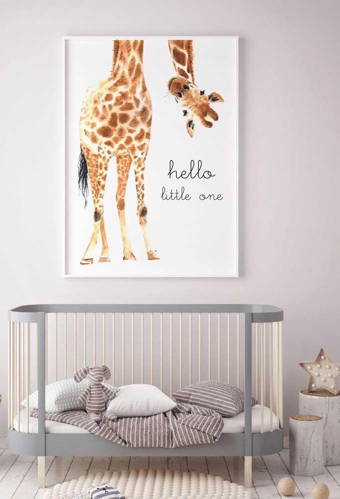 Nesse quarto de bebê, a girafinha do quadro parece tomar conta da criança no berço