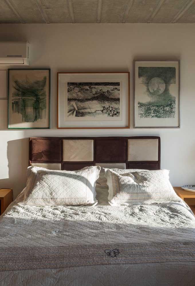 Três quadros diferentes na cor e no tamanho, mas semelhantes na temática e nas molduras
