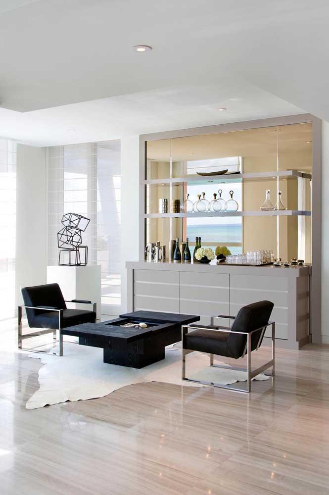 Barzinho para sala montado sobre o buffet. Projeto clean e elegante