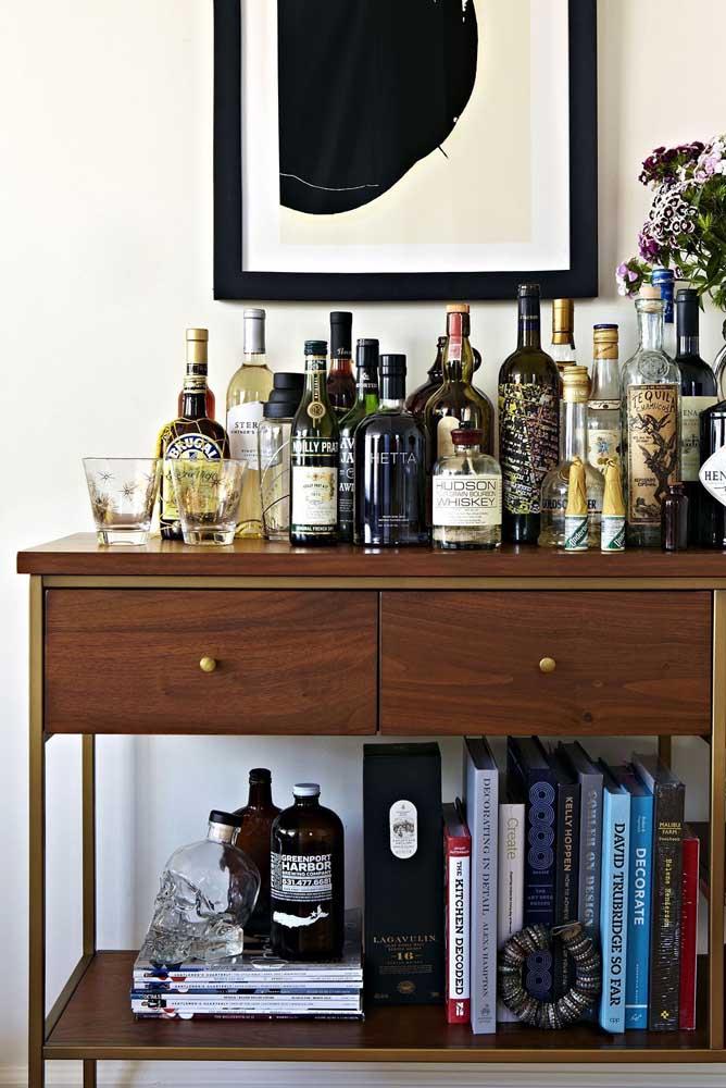 Carrinho bar para sala de estar: tem espaço até para os livros