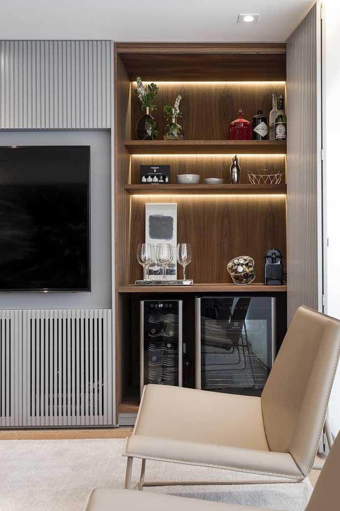 Mini bar integrado ao móvel da sala com direito a frigobar e adega climatizada