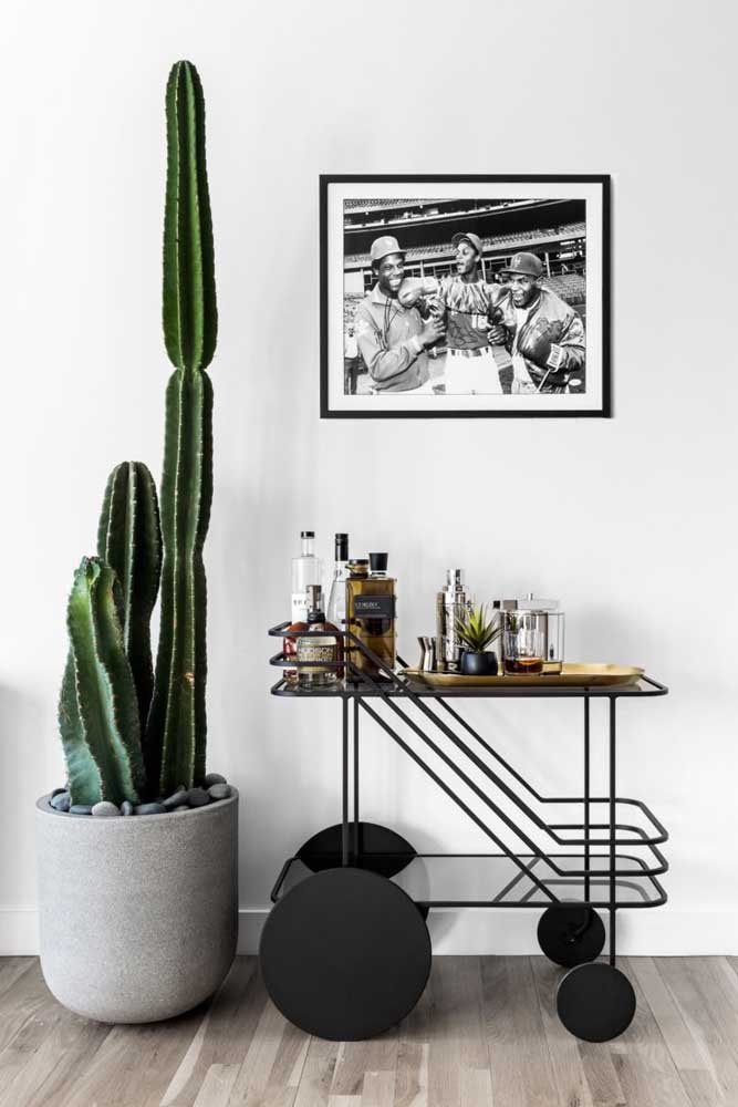 Essa sala de estar minimalista trouxe um carrinho bar moderno para fazer parte do ambiente