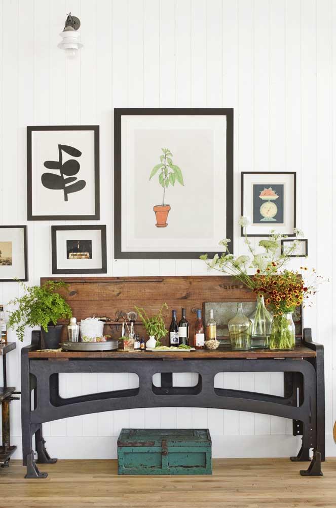 Barzinho para sala em estilo retrô decorado com plantas