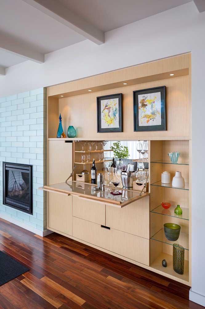 Barzinho para sala embutido na estante. Uma ótima solução para espaços pequenos