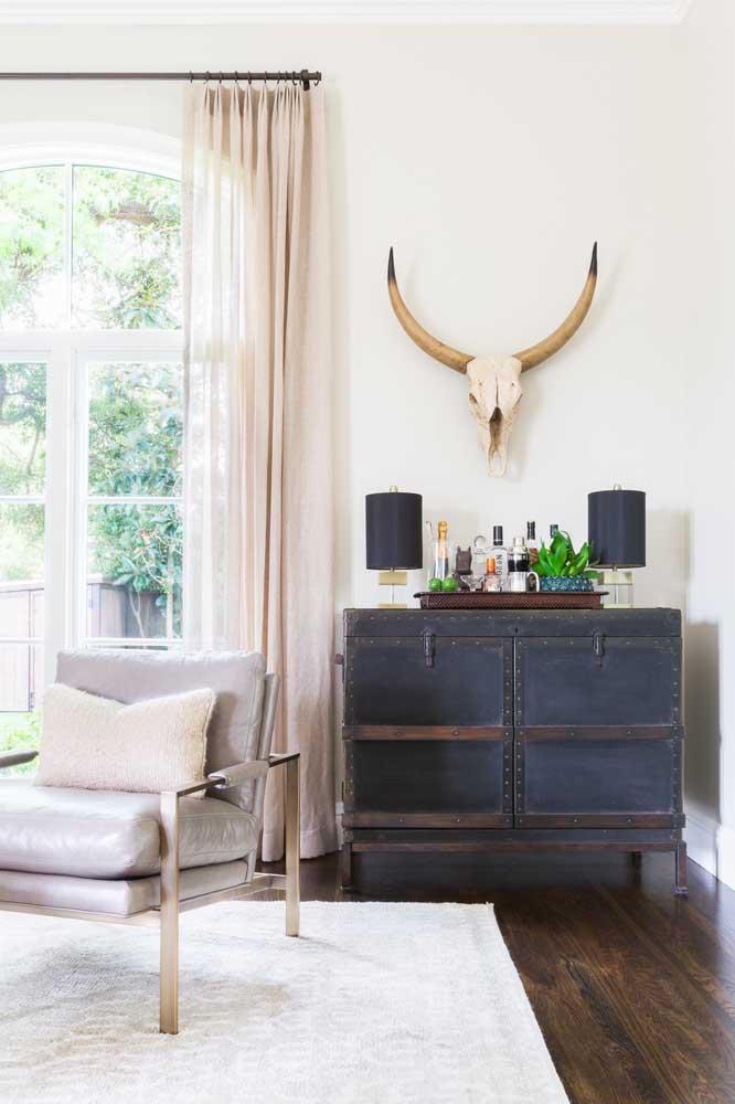 A sala de estar clássica e neutra apostou em um barzinho cheio de estilo e personalidade para ser o centro das atenções