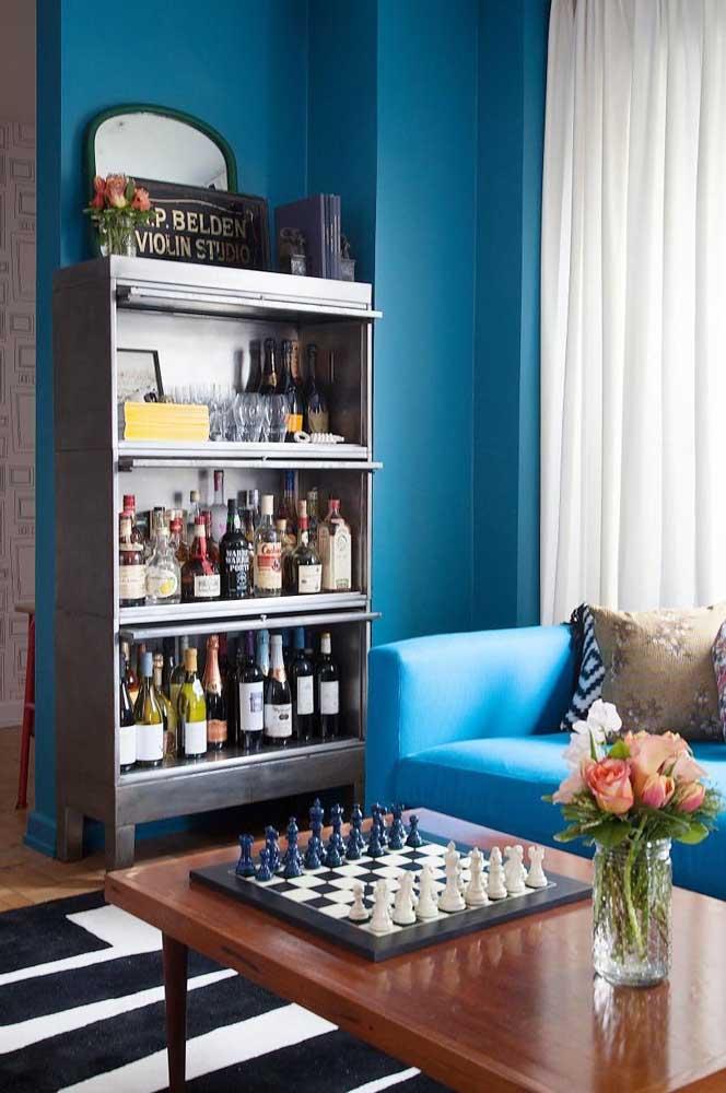 A parede azul destacou o barzinho sobre a estante metálica