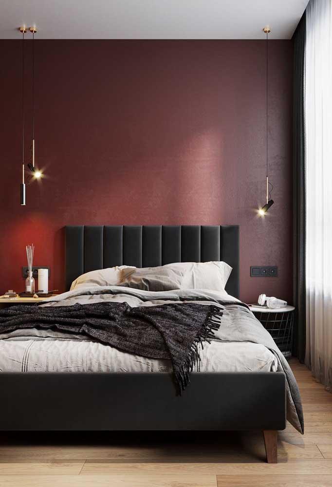 Que tal uma parede vermelha no quarto do casal?