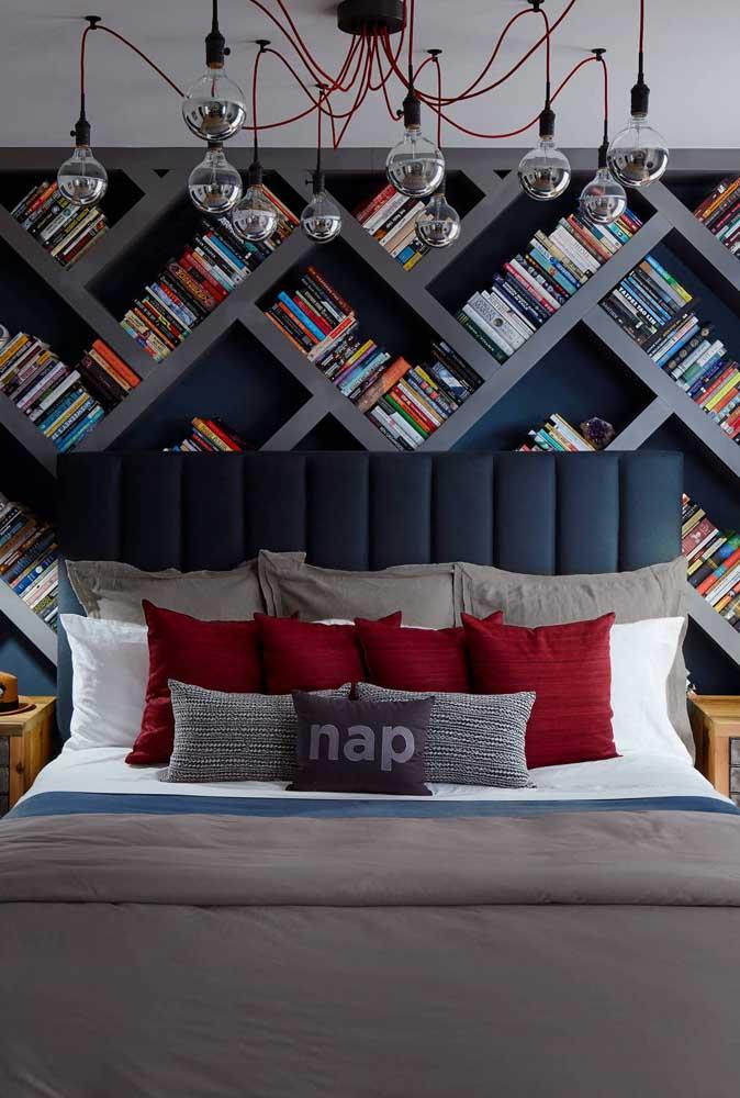 Moderno, esse quarto de casal apostou no contraste entre o azul e o vermelho