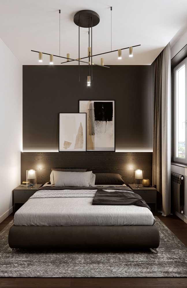 Marrom nas paredes e na cor dos móveis