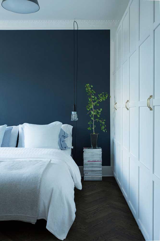 Parede azul e móveis brancos
