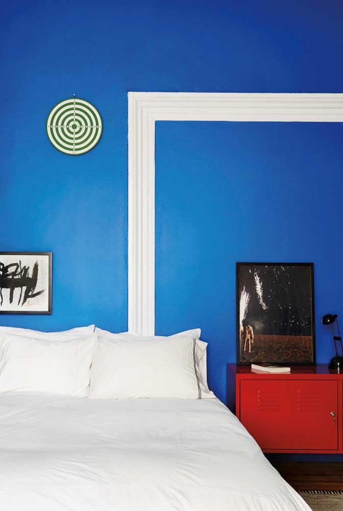 Parede azul com mobília vermelha: contraste moderno de cores