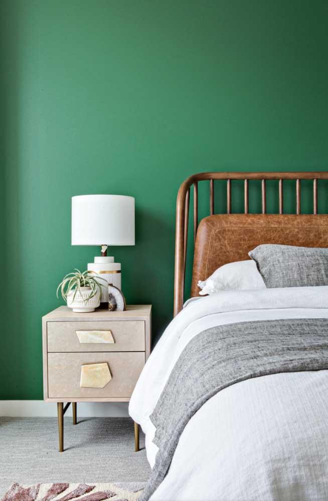 Parede verde combinando com a cabeceira de couro