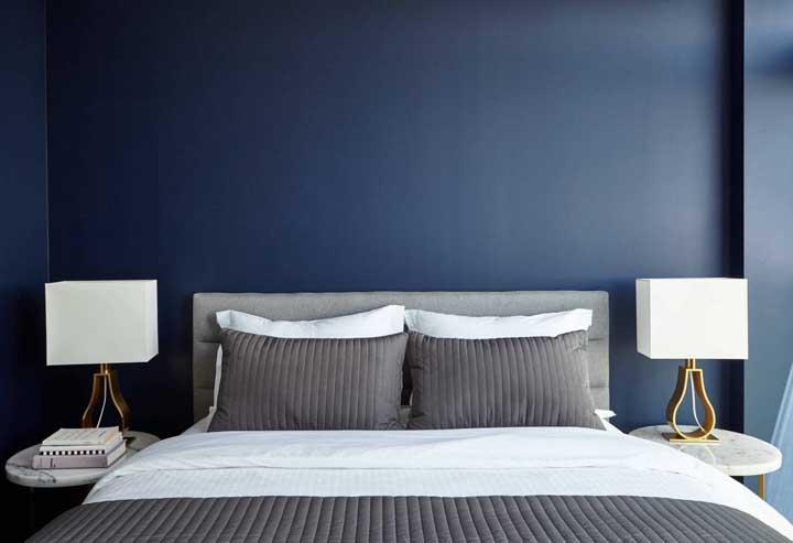 O que combina com parede azul? Uma cama cinza!
