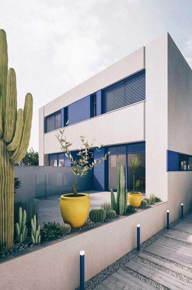 Casa moderna com jardim de cactos na entrada: projeto simples, rústico e de muito estilo