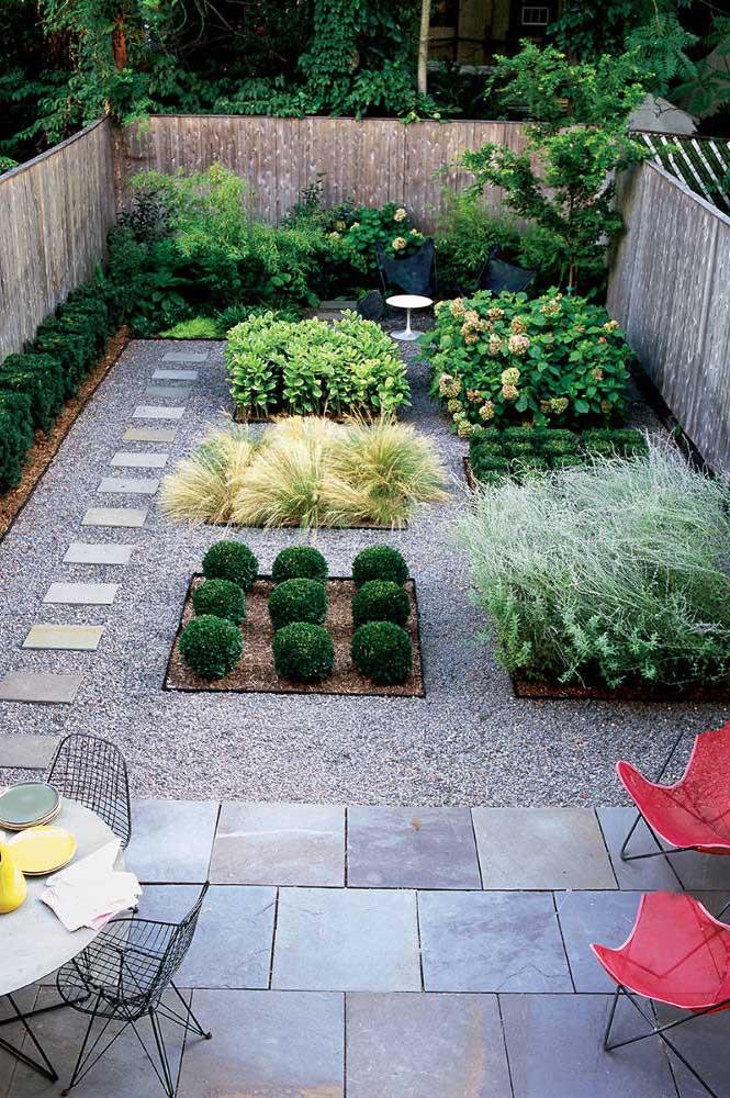 Jardim moderno dividido por canteiros, onde cada um recebeu uma espécie de planta diferente