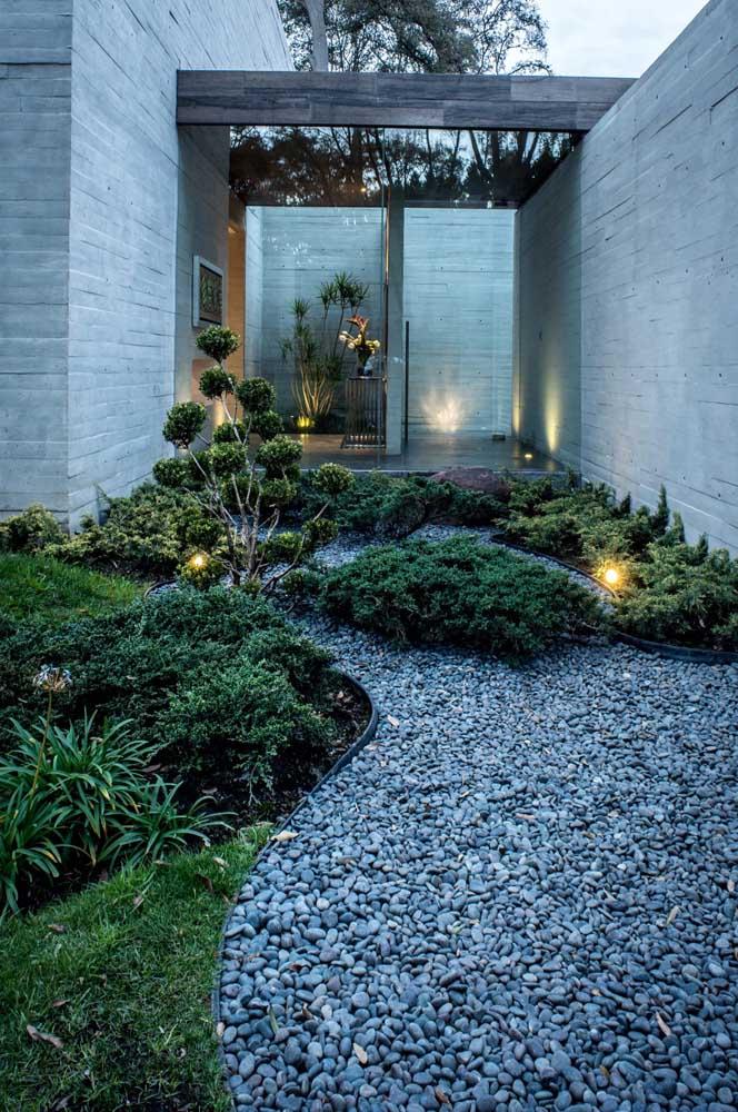 A iluminação garante um toque especial para a decoração desse jardim moderno