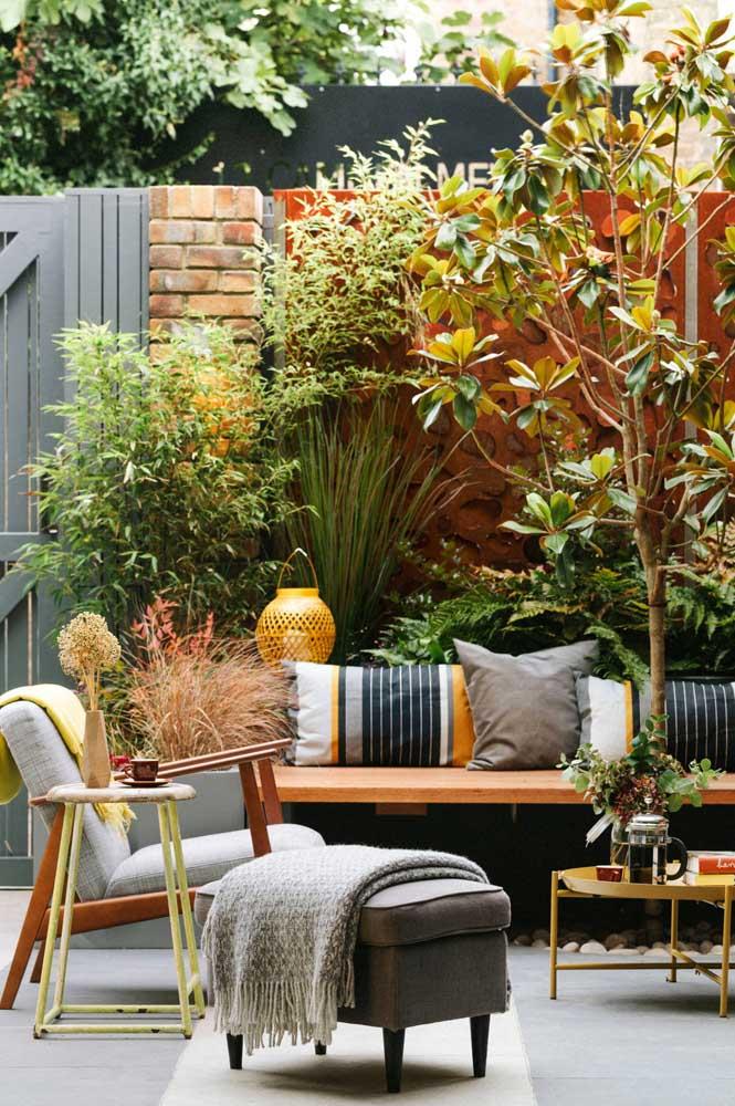 Decoração de jardim pequeno onde reinam o conforto e o acolhimento