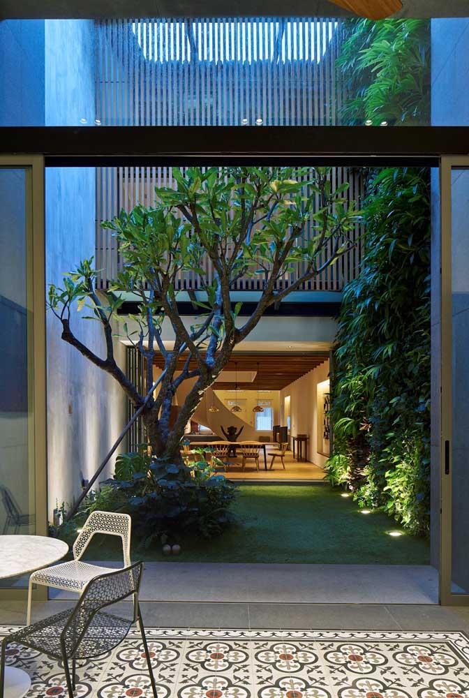 Um jardim simples, com poucos elementos decorativos, mas capaz de encher os olhos de qualquer um