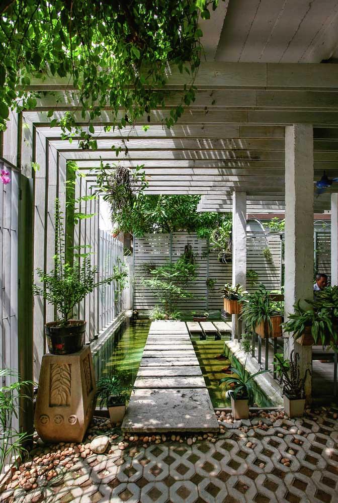 Jardim com mini lago e ponte. Um refúgio dentro de casa