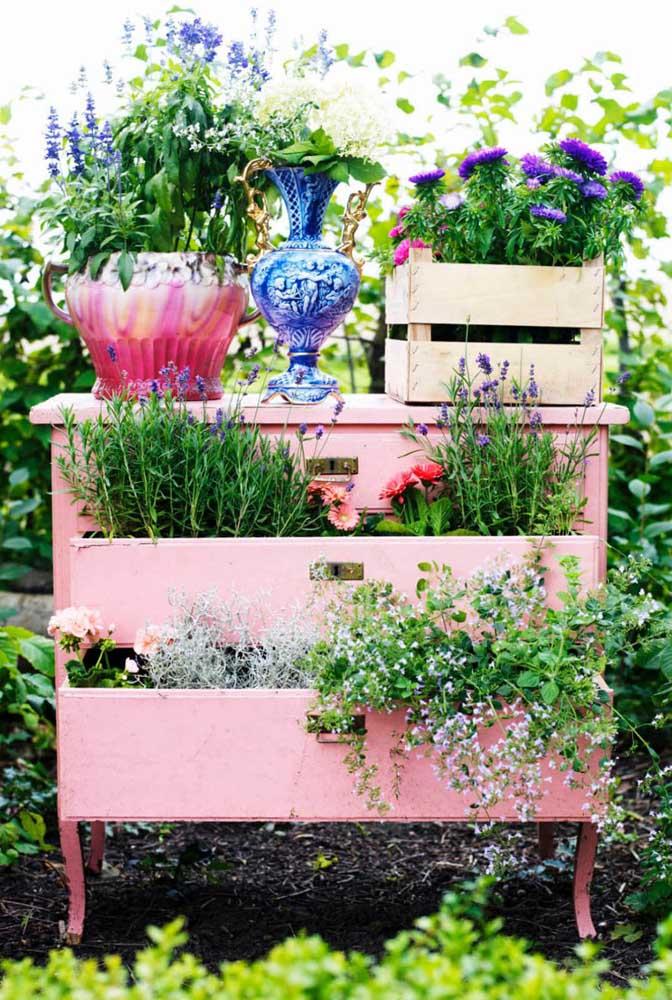 Um mimo para você colocar no jardim. Para isso, basta reaproveitar um móvel velho que já tenha em casa