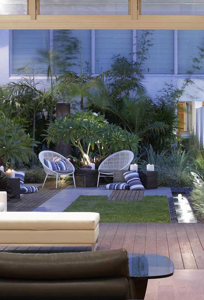 Jardim moderno decorado com área social