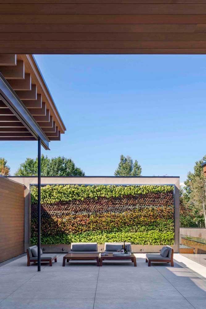 Aqui, o jardim se resume ao painel vertical de folhagens coloridas