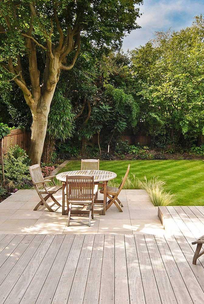 Móveis de madeira para jardim combinando com o deck: conforto garantido