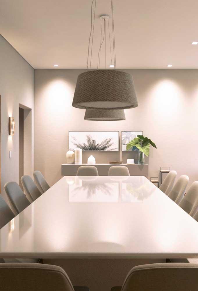 Decoração de sala de jantar clássica em tons neutros e claros