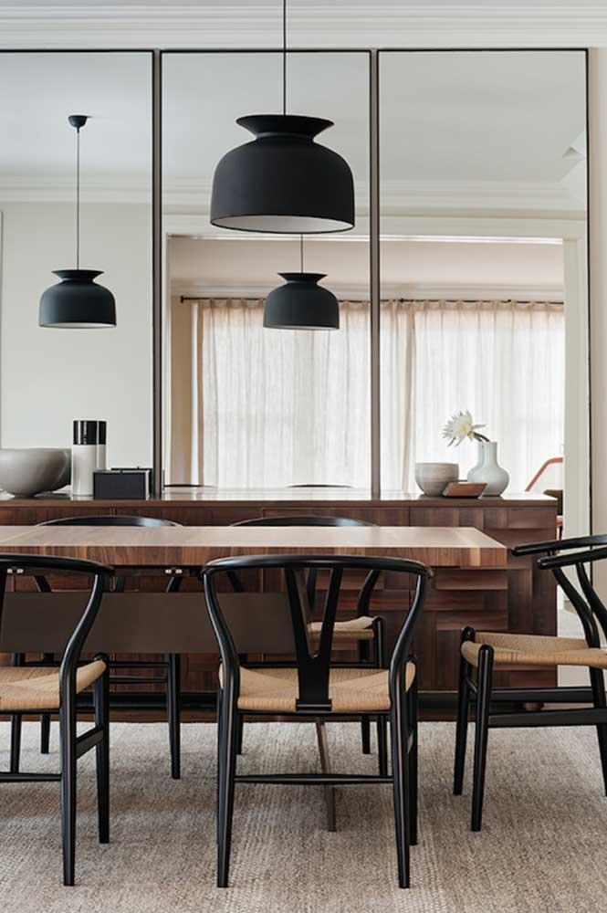 Espelhos para garantir uma sensação maior de espaço na sala de jantar pequena