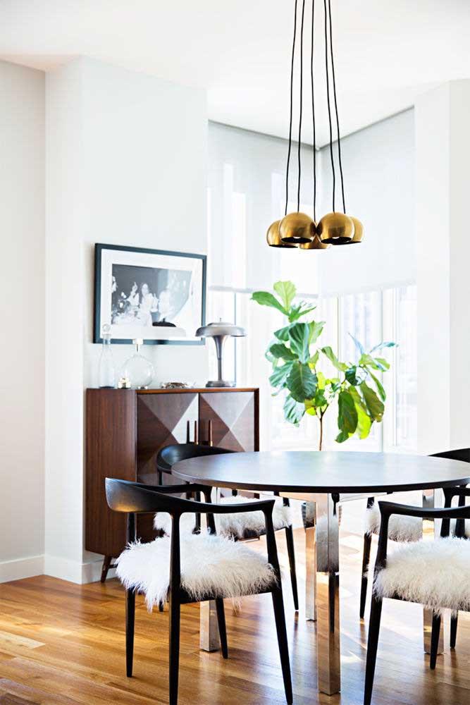Quando o moderno e o retrô se unem, o resultado é uma sala de jantar como essa da imagem