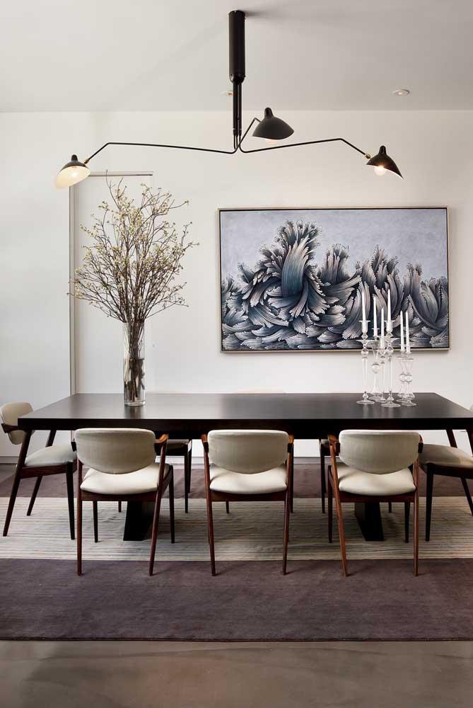 Mesa de madeira clássica com cadeiras modernas