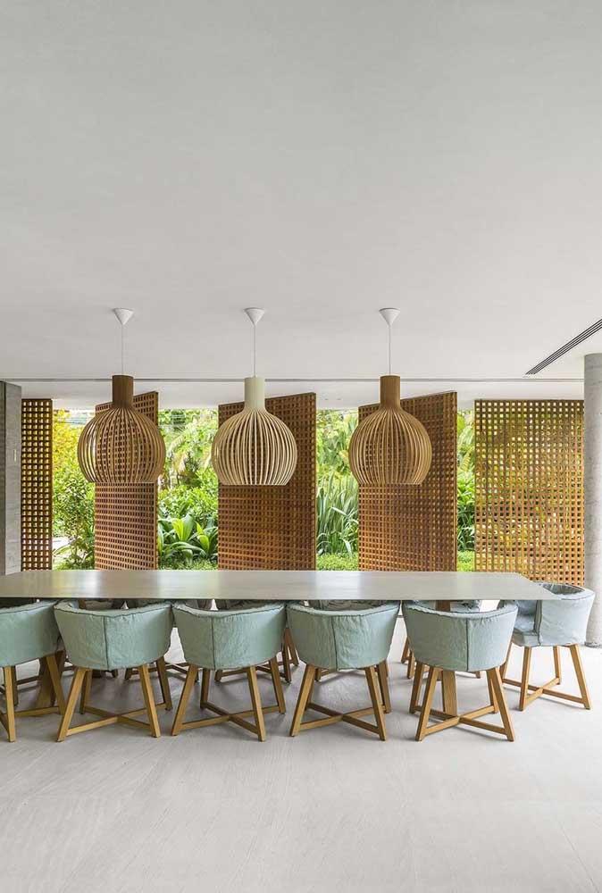 Sala de jantar grande combina com cadeiras estofadas e volumosas