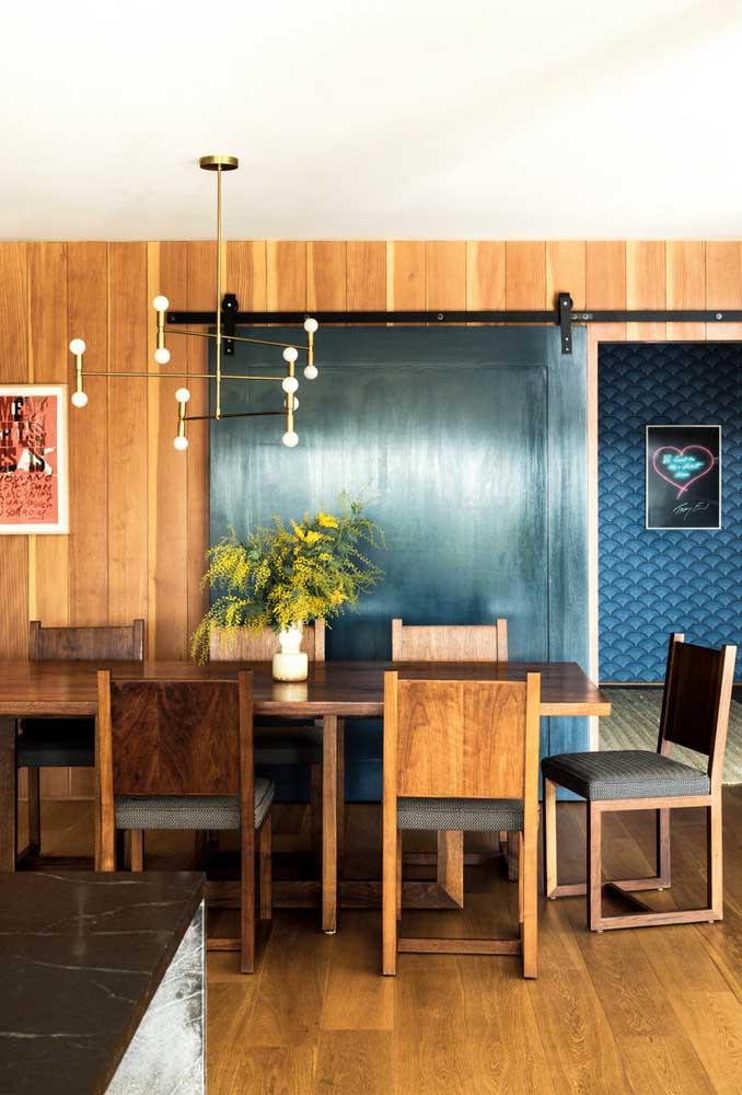 Sala de jantar integrada com a cozinha traz mais descontração e modernidade ao projeto