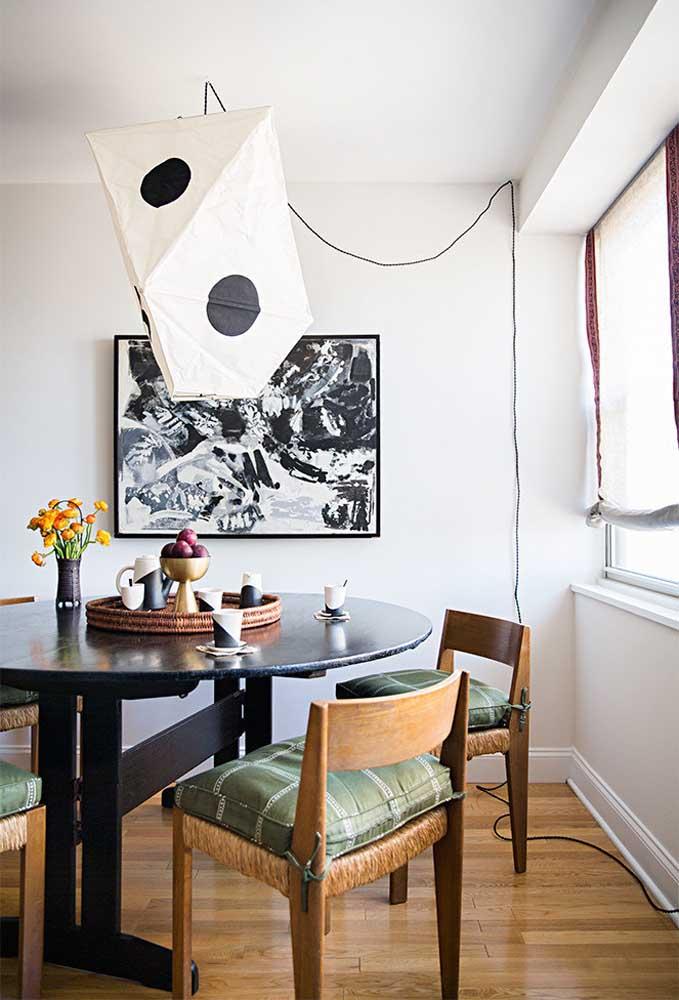 O destaque dessa sala de jantar vai para a luminária feita de papel