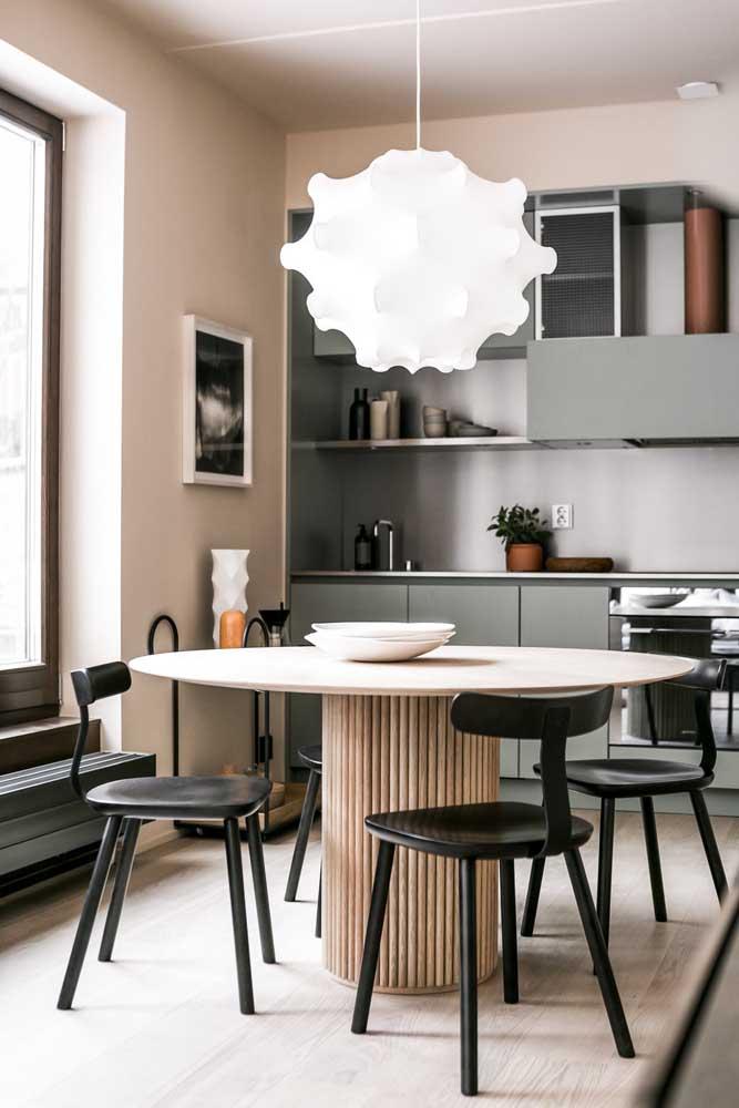 Decoração de sala de jantar pequena integrada com a cozinha. A luminária faz toda diferença nesse projeto