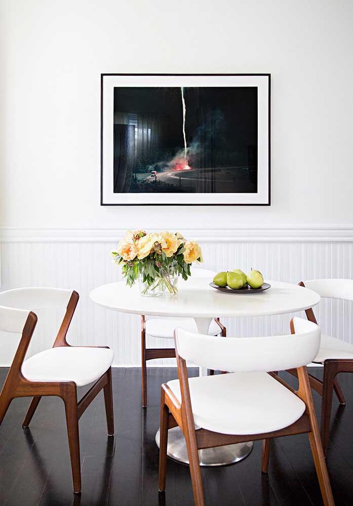 Decoração de sala de jantar pequena e simples. Os tons de branco e madeira são o destaque por aqui