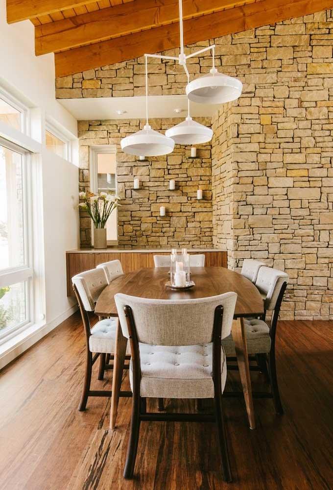 Toda a beleza e conforto de uma sala de jantar rústica