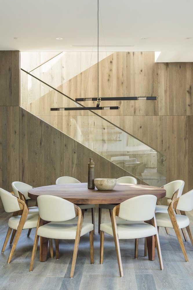 A mesa oval ocupa menos espaço e permite acomodar um número maior de cadeiras