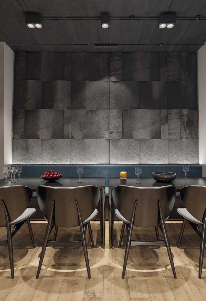 Moderna, essa sala de jantar apostou no preto e no uso de spots direcionáveis