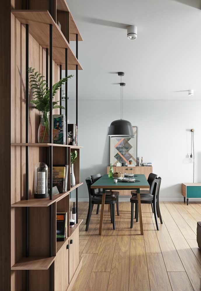 Nesse ambiente integrado, as luminárias pendentes ajudam a marcar a área da sala de jantar