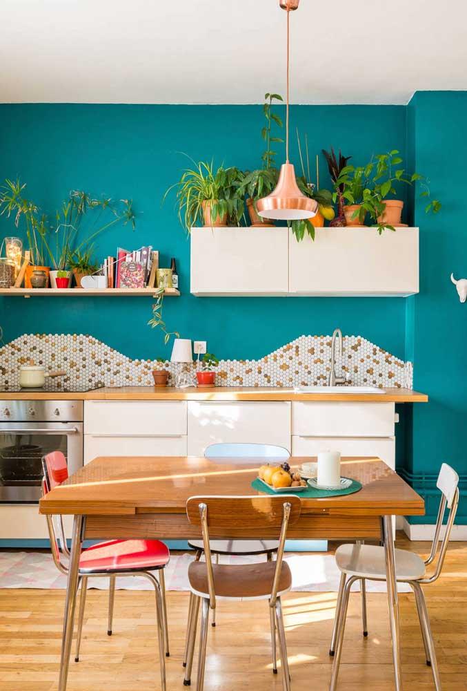 Decoração de sala de jantar integrada com a cozinha. Móveis pequenos e cores claras