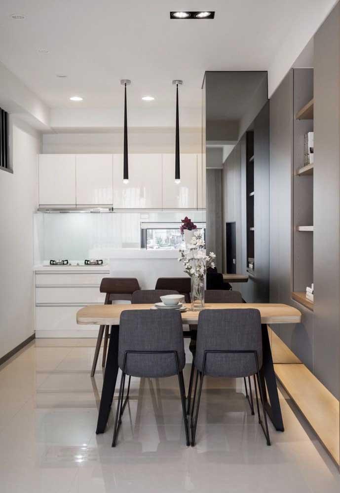 Decoração de sala de jantar pequena. O cinza e o preto complementam a base branca