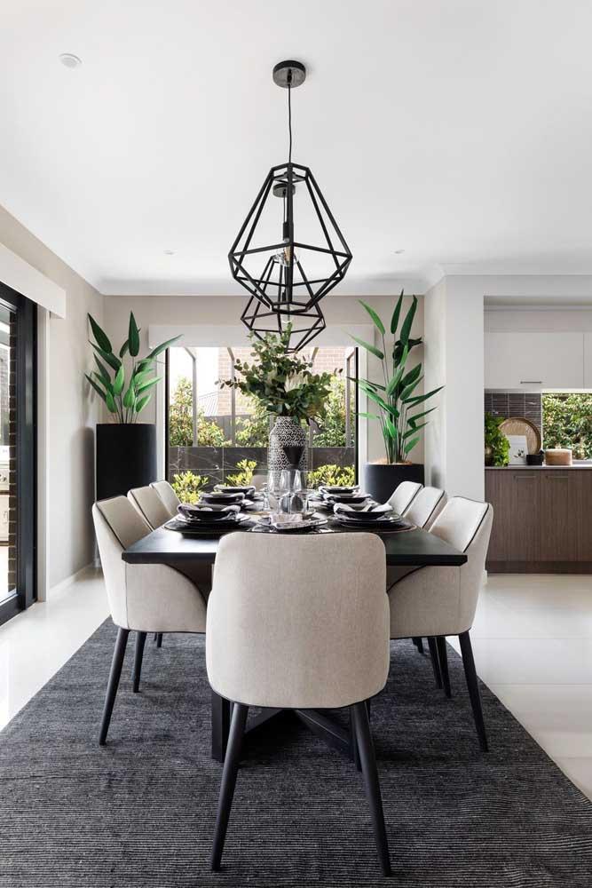Sala de jantar decorada com luminárias diamante