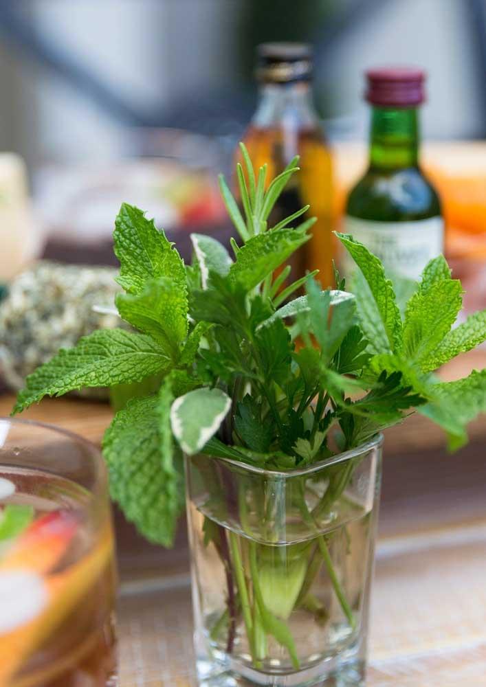 E no destaque, um simples, mas lindo arranjo de ervas aromáticas para decorar e perfumar a mesa ao mesmo tempo